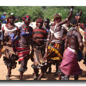 男が女をムチで打つ!!衝撃的なハマル族の成人の儀式。