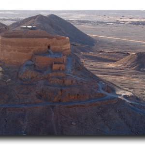 ゾロアスター教。簡素すぎる寺院と砂漠の鳥葬場。